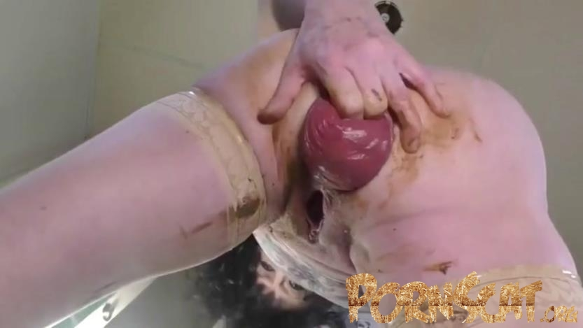 Plays With Shitty Prolapse - Dirty Garden Girl [FullHD / 2020]